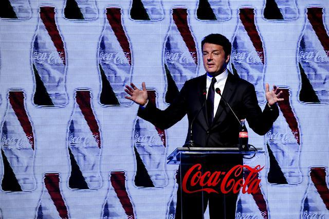 #Renzi è il nuovo #testimonial della Coca Cola. Archiviato il Made in Italy per aiutare gli #amici stranieri